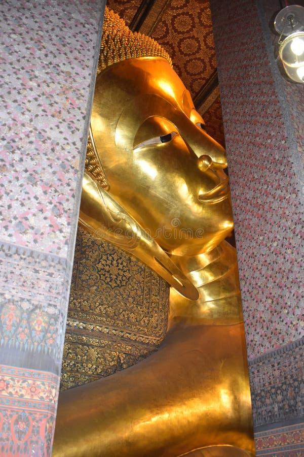 Phra Phutta Saiyat Phra non Wat Phra Chetuphon Wimon immagini stock