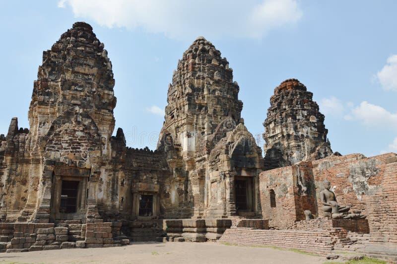Phra Prang Samyod ou três cristas com o templo antigo e o marco do macaco em Tailândia foto de stock royalty free