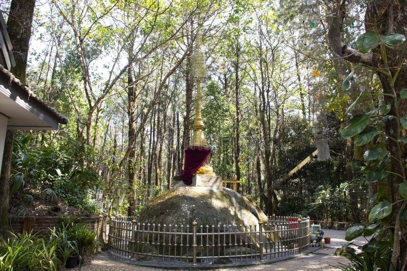 Phra que Doi Chang Mub Stupa na montanha de Mae Fah Luang em Chiang Rai, Tailândia imagens de stock royalty free