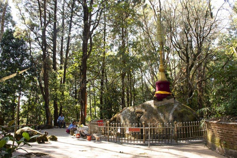Phra que Doi Chang Mub Stupa na montanha de Mae Fah Luang em Chiang Rai, Tailândia foto de stock