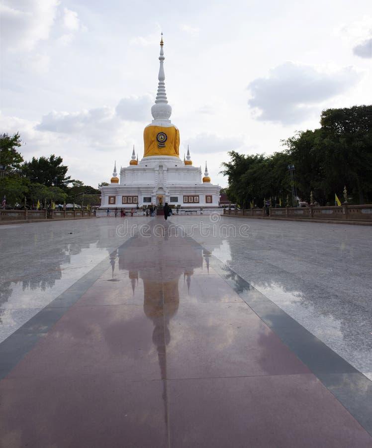 Phra que Nadoon Chedi o Na Dun la pagoda para la gente tailandesa viaja respecto que ruega en la ciudad de Mahasarakham en Maha S fotos de archivo