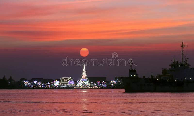Phra Samut Chedi, Samut Prakan, Thailand bij zonsondergang stock foto