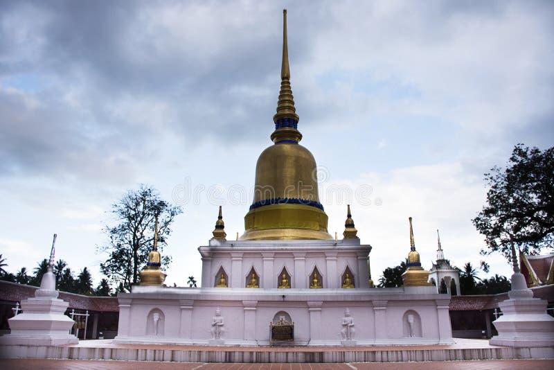 Phra Wat которое висок sawi в Chumphon, Таиланде пока идущ дождь шторм стоковая фотография