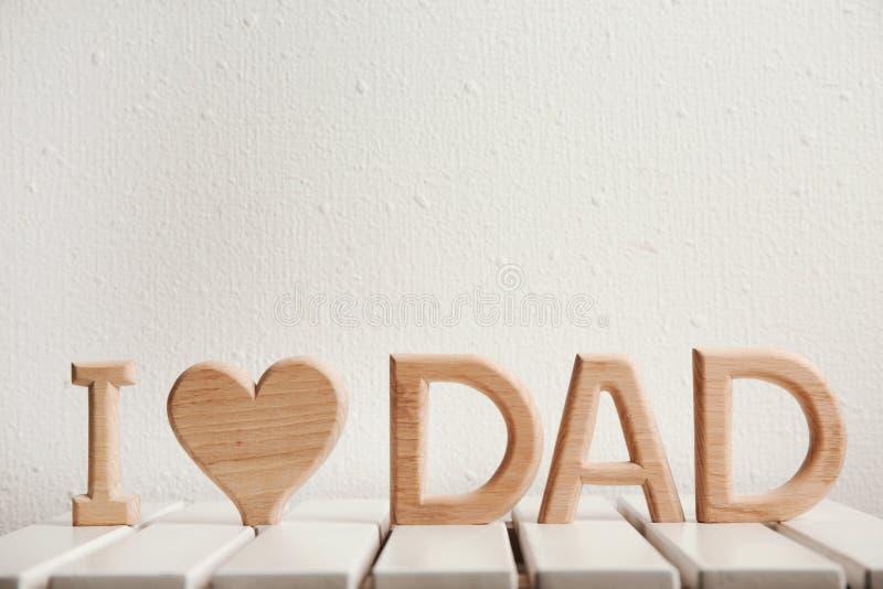 Phrase ` I Liebes-Vati ` gemacht von den hölzernen Buchstaben als Gruß für Vater ` s Tag lizenzfreie stockfotos