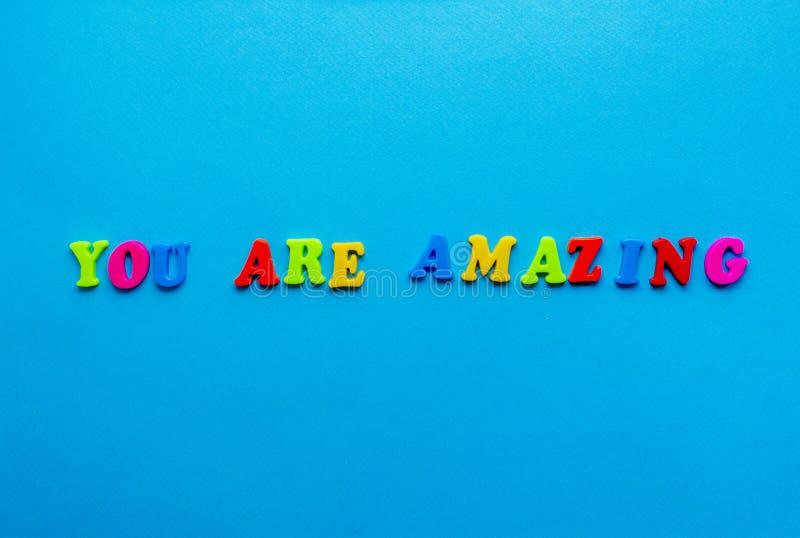 Phrase 'You are verblüfft' auf blauem Papiergrund stockfotografie