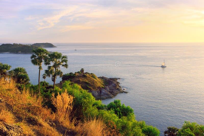 Phromthep udde på solnedgången, pittoresk sikt för Andaman hav i den Phuket ön, Thailand Seascape med klippa- och gräsplanpalmträ royaltyfria foton