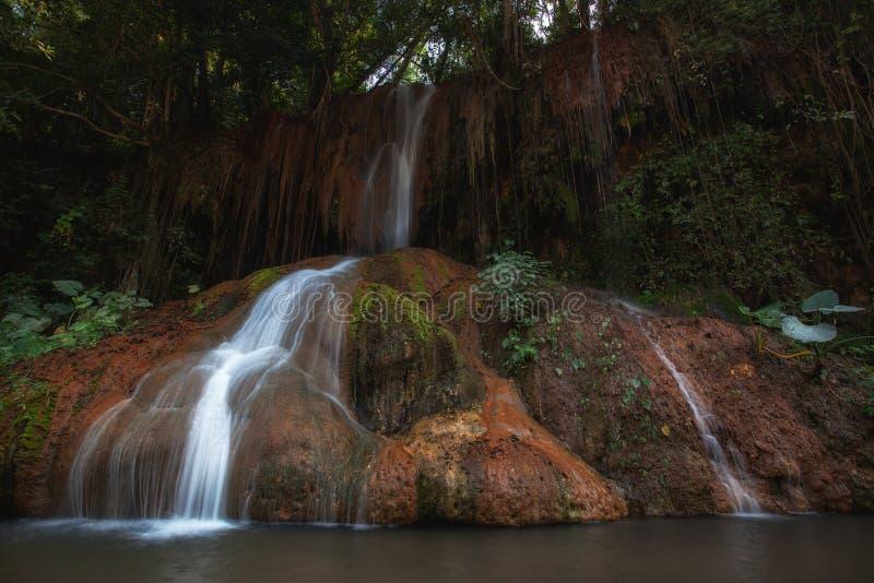 Phu cantó la cascada con agua caliente solamente en Phayao Tailandia imagen de archivo