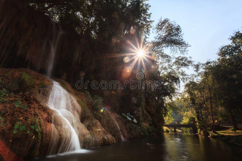 Phu cantó la cascada con agua caliente solamente en Phayao Tailandia fotografía de archivo