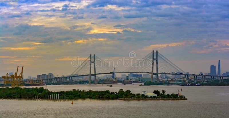 Phu mon pont à travers la rivière de Saigon en Ho Chi Minh City photographie stock libre de droits