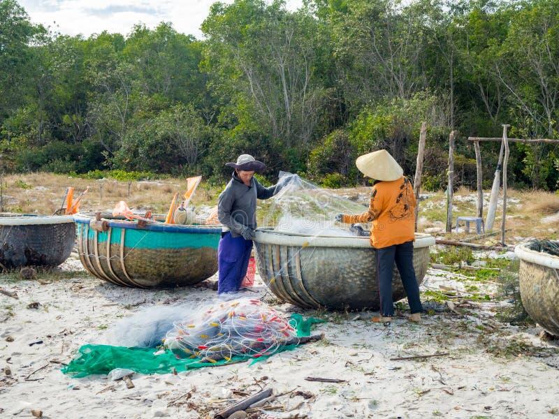 Phu Quoc ö, södra Vietnam, vår 2017: Vietnamesisk fisherme arkivfoto