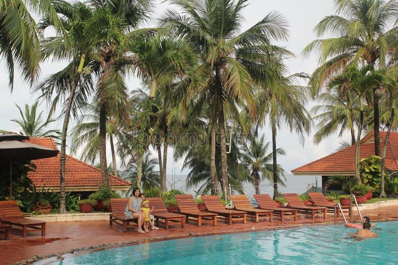 Phu Quoc, Vietnam - Augustus 12, 2017: Mooi landschap met rond zwembad en kokospalmen royalty-vrije stock afbeelding