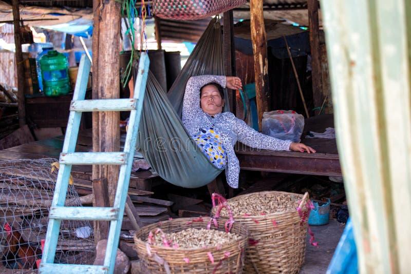 PHU QUOC, VIETNAM - OKTOBER 23, 2014: niet geïdentificeerde vrouw die goederen aanbieden bij de straatmarkt stock foto