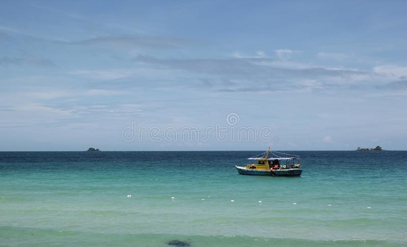 Phu Quoc, Vietname - agosto 13,2017: Paisagem bonita com mar, o c?u, a montanha e o barco azuis na praia foto de stock royalty free