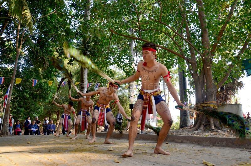 Phu Tajlandzcy ludzie tanczy pawia upierzają phu tajlandzkiego styl dla przedstawienia zdjęcia stock