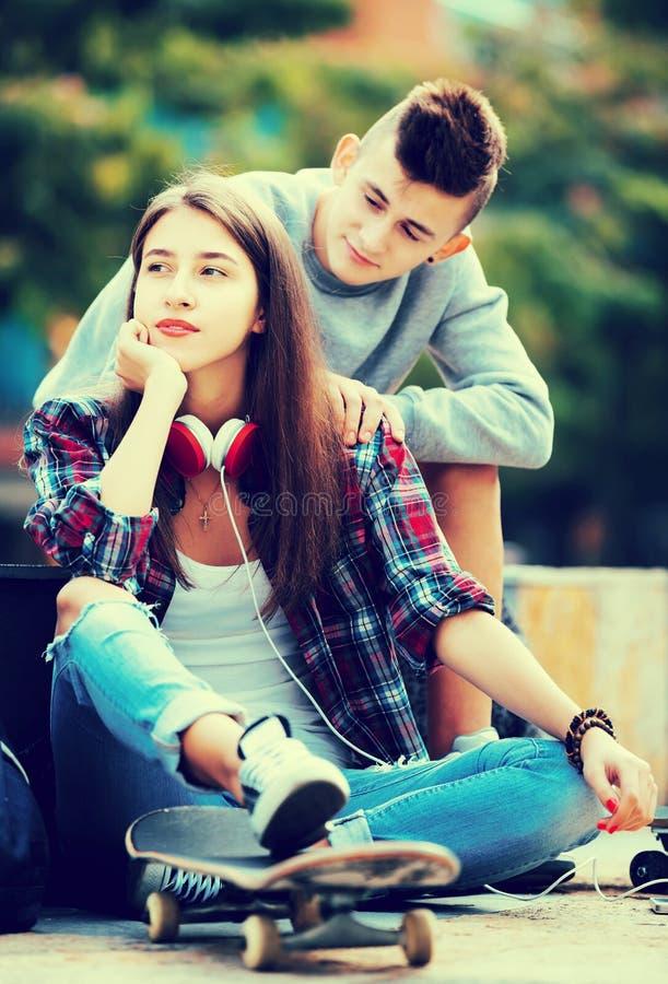 Phubbing: de tiener negeert haar vriend stock foto's