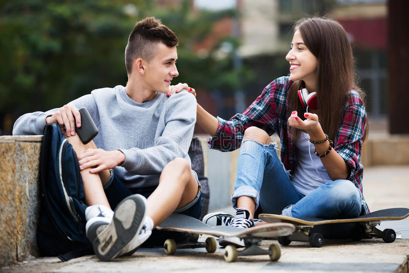 Phubbing: de tiener negeert zijn vriend stock afbeeldingen