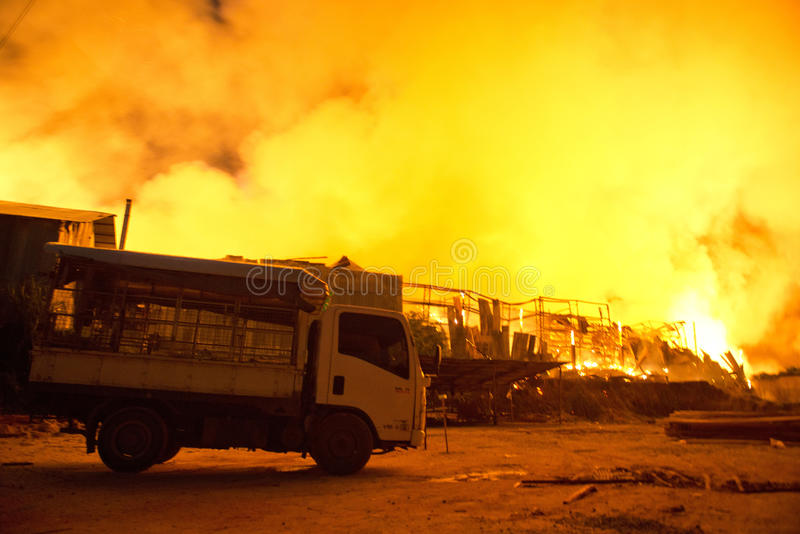 Phuket, στις 16 Οκτωβρίου της ΤΑΪΛΑΝΔΗΣ: Πυρκαγιά σε Superstore - πυρκαγιά σύλληψης σε Supe στοκ φωτογραφία με δικαίωμα ελεύθερης χρήσης