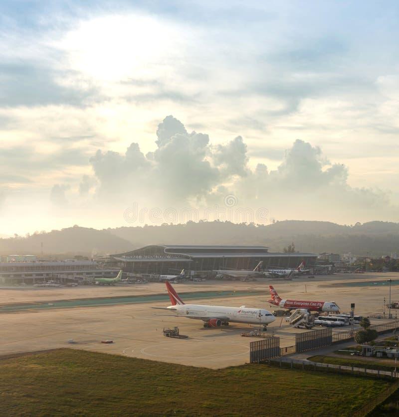 Phuket, Ταϊλάνδη - 28 Ιανουαρίου 2019: Το αεροπλάνο ελλιμένισε/μετακιμένος με ταξί στο διεθνή αερολιμένα Phuket, άποψη του κτηρίο στοκ εικόνα με δικαίωμα ελεύθερης χρήσης