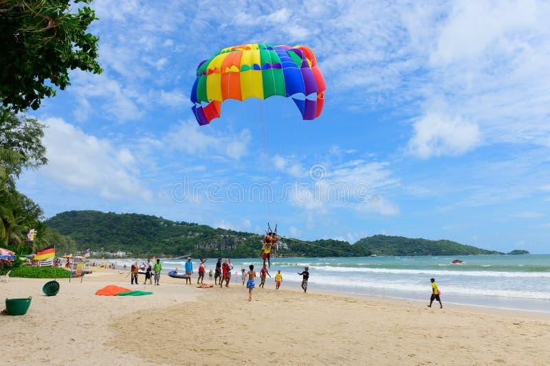 Phuket, Ταϊλάνδη - 16 Ιουνίου 2019: Απογείωση Parasailing σε Patong στοκ φωτογραφία