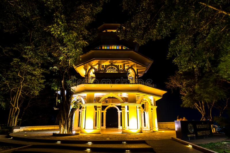 PHUKET, 29,2019 ΤΑΪΛΆΝΔΗ-ΙΟΥΝΊΟΥ: Η άποψη νύχτας του khao χτύπησε τον πύργο στην άποψη στο λόφο στους ανθρώπους πόλεων Phuket όπω στοκ φωτογραφίες με δικαίωμα ελεύθερης χρήσης