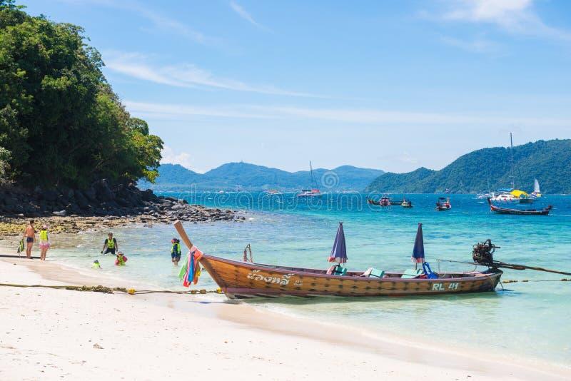 Phuket, Ταϊλάνδη - 3 Σεπτεμβρίου 2017: Παραδοσιακή μακριά βάρκα ουρών στοκ εικόνες