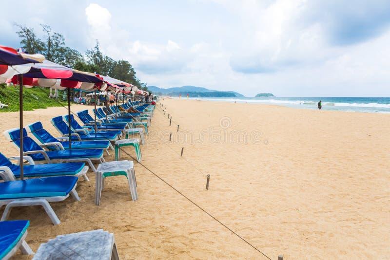 PHUKET - 7 DE JUNHO: Os turistas passam seu feriado o 7 de junho de 2014 imagens de stock royalty free