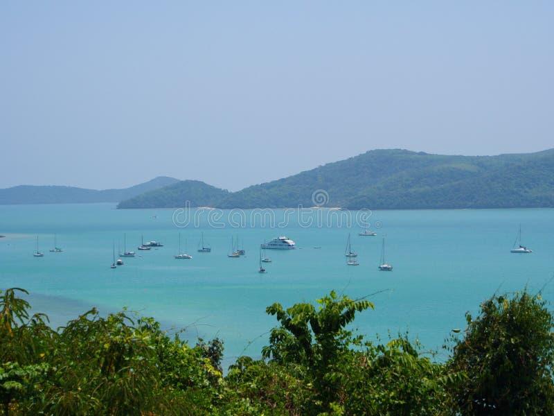Phuket linia brzegowa od wzgórza Widok Andaman morze z boa zdjęcie stock