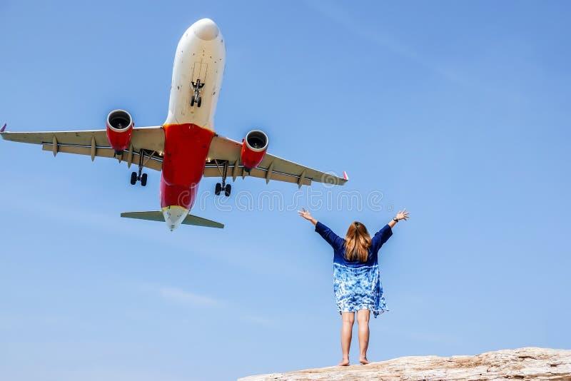 Phuket no visto, la playa para los aviones de visión que aterrizan en el aeropuerto internacional cercano de Phuket, la mujer fel fotografía de archivo libre de regalías
