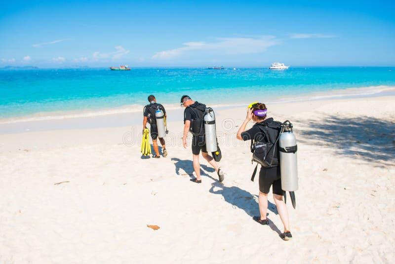 Phuket, o 16 de junho de 2017:: caminhada do mergulhador ao mar para o mergulho autônomo imagens de stock royalty free