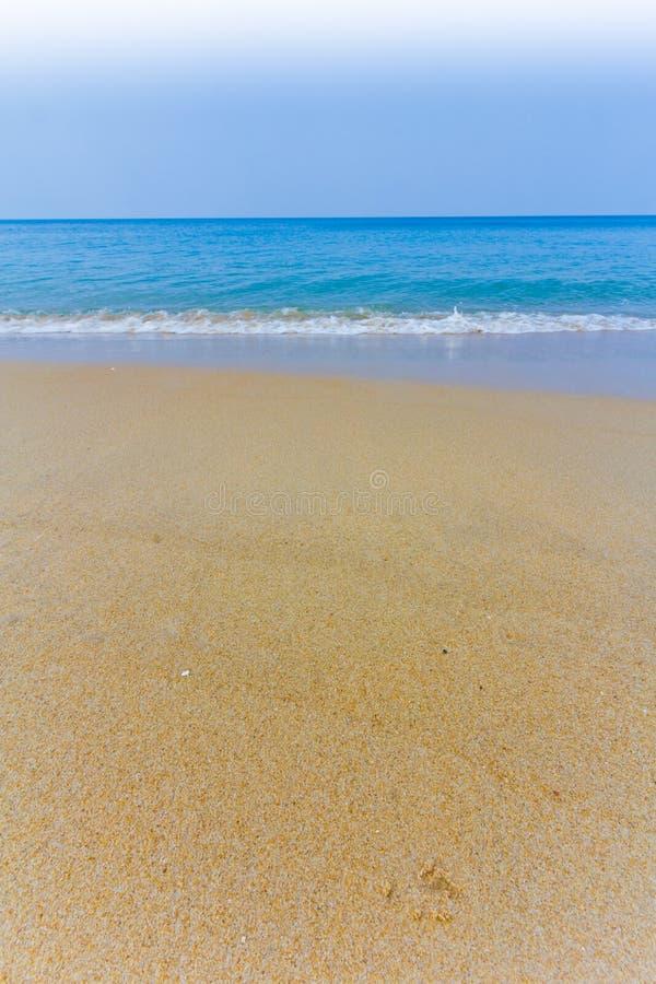 Phuket-Tageslicht auf dem Himmel des Strandfreien raumes mit Farbregenschirm stockfotos