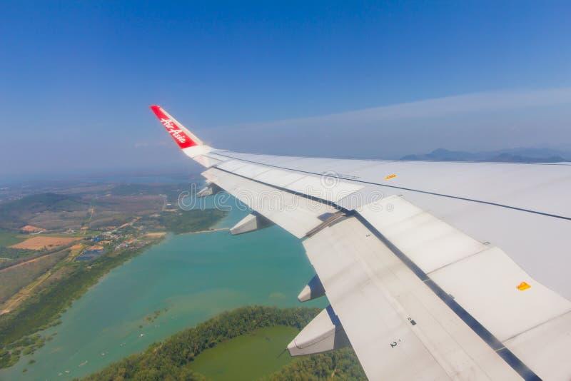 Phuket Tailândia - 25 de janeiro de 2019:: O winglet e a asa de um plano de AirAsia com seu logotipo Foco no winglet foto de stock royalty free