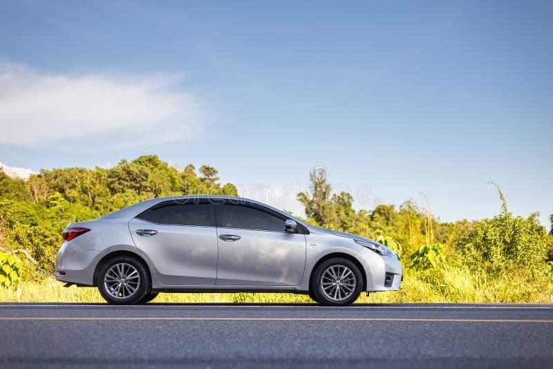 PHUKET, TAILÂNDIA - 16 DE JUNHO: Estacionamento de Toyota Corolla Altis no imagem de stock royalty free