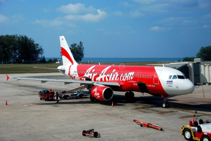 Phuket, Tailândia: Jato de Air Asia no aeroporto imagens de stock