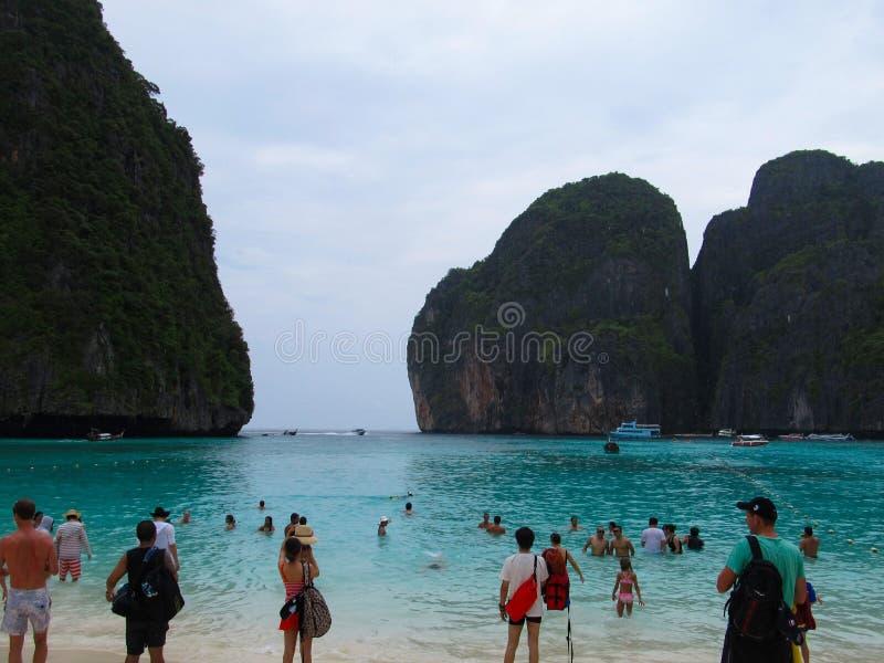 Phuket, Phuket Tailândia - 10 15 2012: os turistas banham e tomam imagens de vistas bonitas das rochas em Phi Phi Islands fotos de stock royalty free