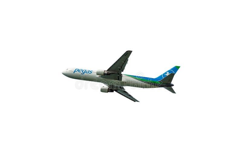 Phuket, Tailândia - Otober 23,2017: O avião das vias aéreas de Pegas, Boeing 757, aterrando no voo de phuket decola imagem de stock royalty free