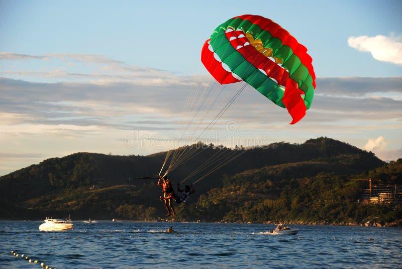 Phuket, Tailândia: Paragliding sobre o mar fotos de stock
