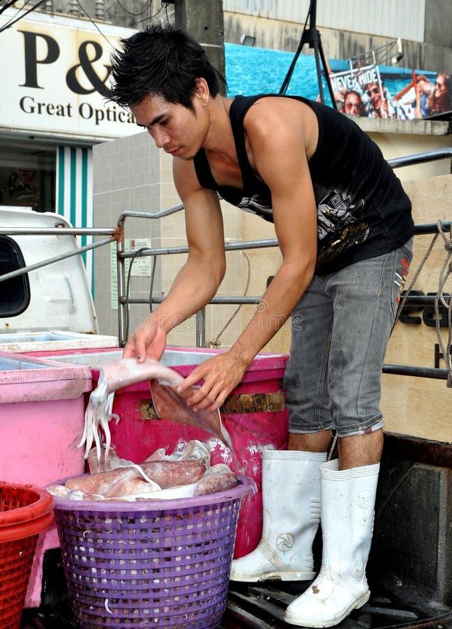 Phuket, Tailândia: Pescador com calamar fotos de stock royalty free
