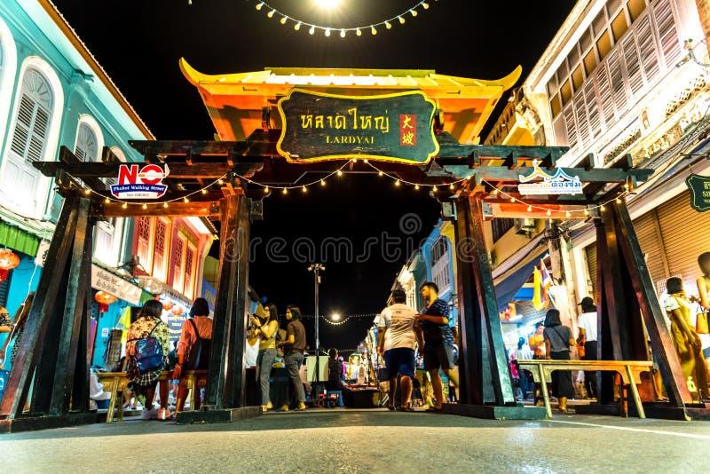 PHUKET, TAILÂNDIA - 02 DE JULHO DE 2019: Lard Yai Phuket Walking Street mercado noturno, Todos os domingos famosos mercados da ru fotos de stock