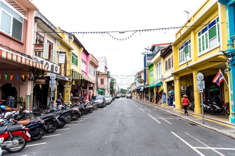 PHUKET, TAILÃ'NDIA - 02 DE JULHO DE 2019 : Mercado noturno de Lard Yai Phuket Walking Street, todos os domingos famosos mercados d foto de stock