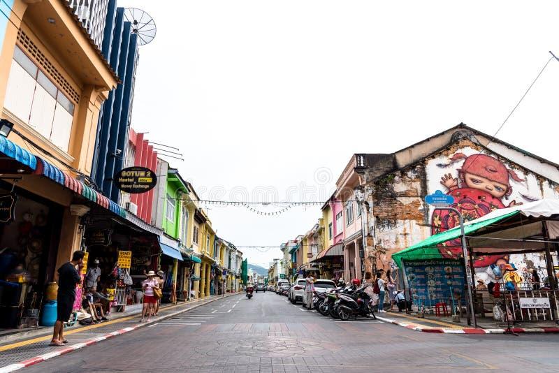 PHUKET, TAILÃ'NDIA - 02 DE JULHO DE 2019 : Mercado noturno de Lard Yai Phuket Walking Street, todos os domingos famosos mercados d fotografia de stock royalty free