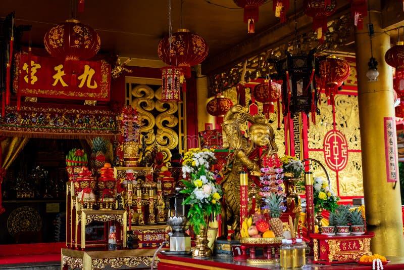 PHUKET, TAILÂNDIA - 8 DE OUTUBRO DE 2018: Altar no santuário chinês J fotografia de stock