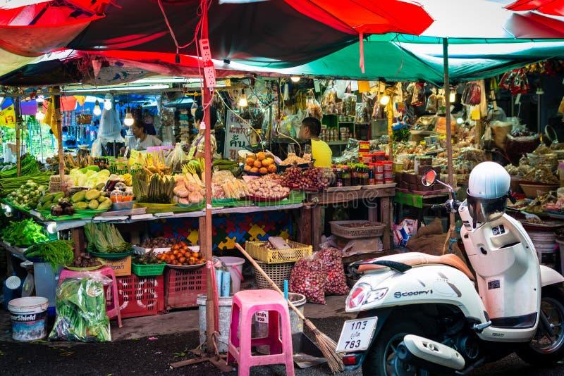 PHUKET, TAILÂNDIA - 8 DE OUTUBRO DE 2018: Mercado de produto fresco local no phuke imagens de stock