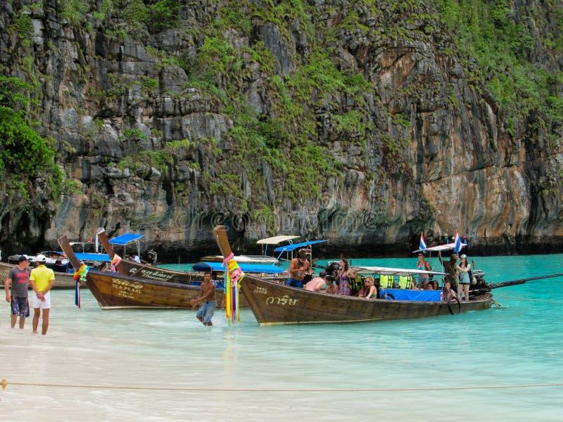 Phuket, Phuket Tailandia - 10 15 2012: barcos de pesca de madera de los barcos tradicionales del longtail amarrados por el mar foto de archivo libre de regalías