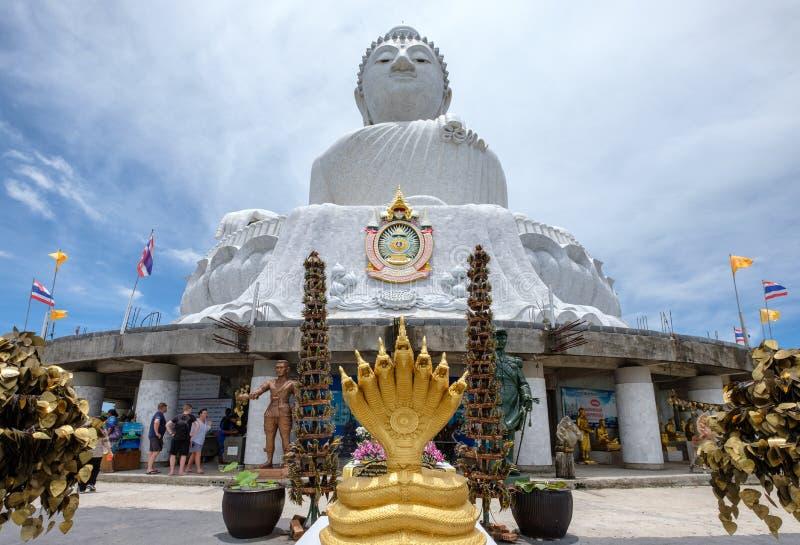 Phuket, Tailandia - 6 de abril de 2017: Turista venido para adorar al Buda grande fotografía de archivo libre de regalías