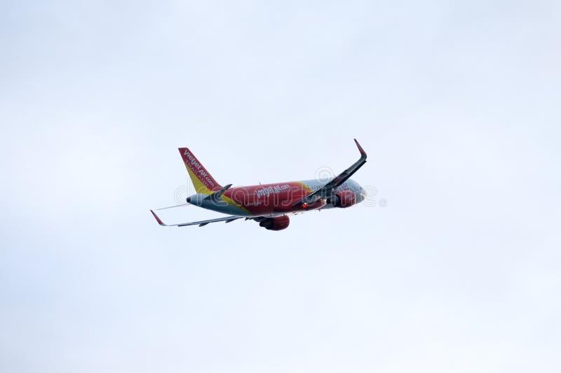 Phuket, Tailandia - 6 de abril de 2017: Vuelo plano de la línea aérea de Vietjet hasta el cielo imagen de archivo libre de regalías