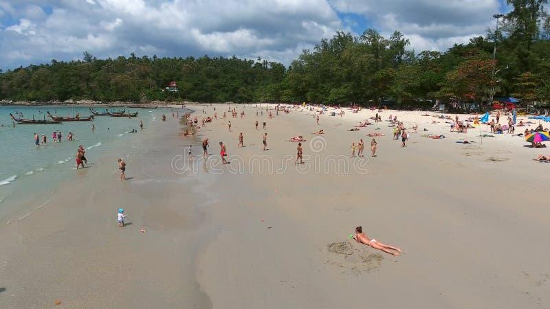 PHUKET, TAILANDIA - 20 DE ENERO DE 2017: Vista aérea de la playa tropical hermosa en Phuket Tailandia imagen de archivo
