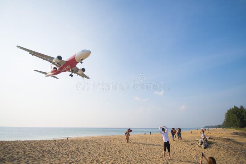PHUKET, TAILANDIA - 9 DE FEBRERO DE 2016: vuelo del aeroplano imágenes de archivo libres de regalías