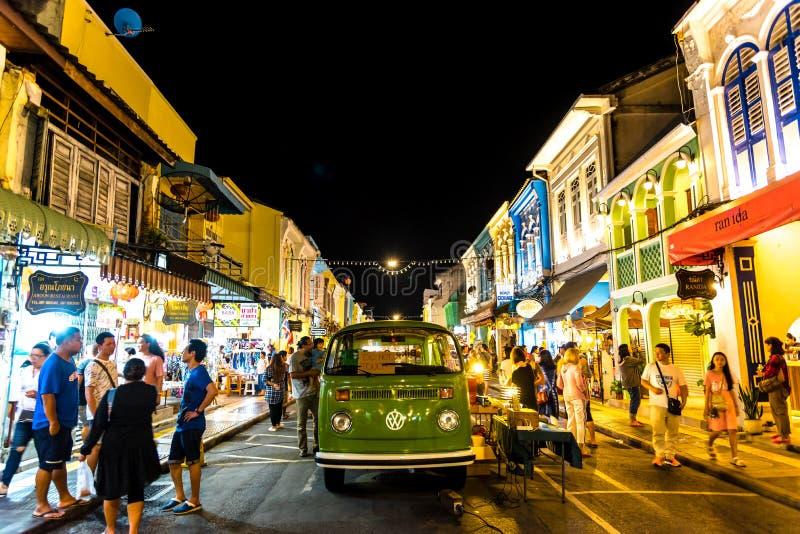 PHUKET, TAILANDIA - 2 DE JULIO DE 2019: Mercado de la noche de la calle de Yai Phuket de la manteca de cerdo que camina, cada mer imágenes de archivo libres de regalías