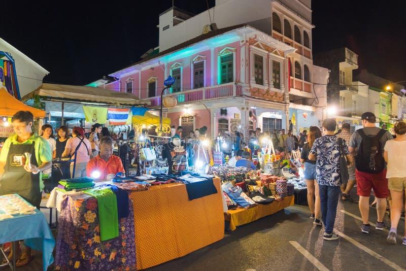 Phuket, Tailandia - 8 de mayo de 2016: Los turistas no identificados son shoppi fotos de archivo