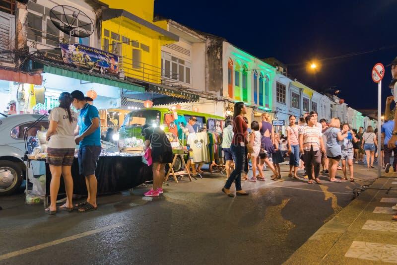 Phuket, Tailandia - 8 de mayo de 2016: Los turistas no identificados son shoppi fotos de archivo libres de regalías